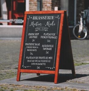 chevalet de trottoir pour indiquer l'entrée d'un restaurant, d'un bar ou d'un coffee shop