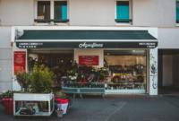 Enseigne commerciale lumineuse et devanture d'un fleuriste sur Lyon