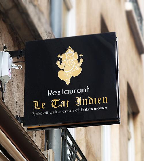 Enseigne drapeau lumineuse pour restaurant Indien à Lyon